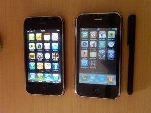 iPhone asli di sebelah kiri, yang palsu sebelah kanan + pen
